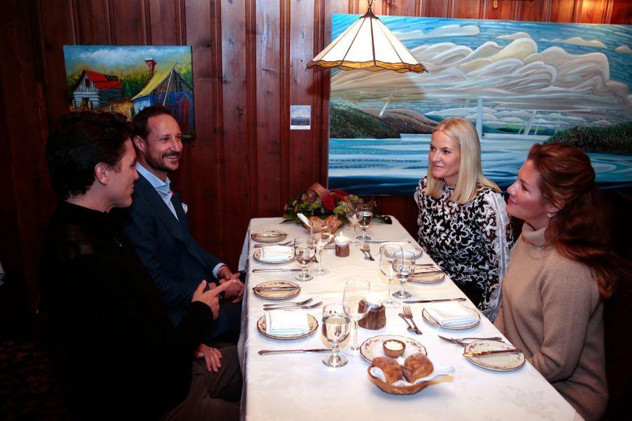 La princesse Mette-Marit et le prince Haakon de Norvège avec le Premier ministre canadien et sa femme à Chelsea, le 7 novembre 2016