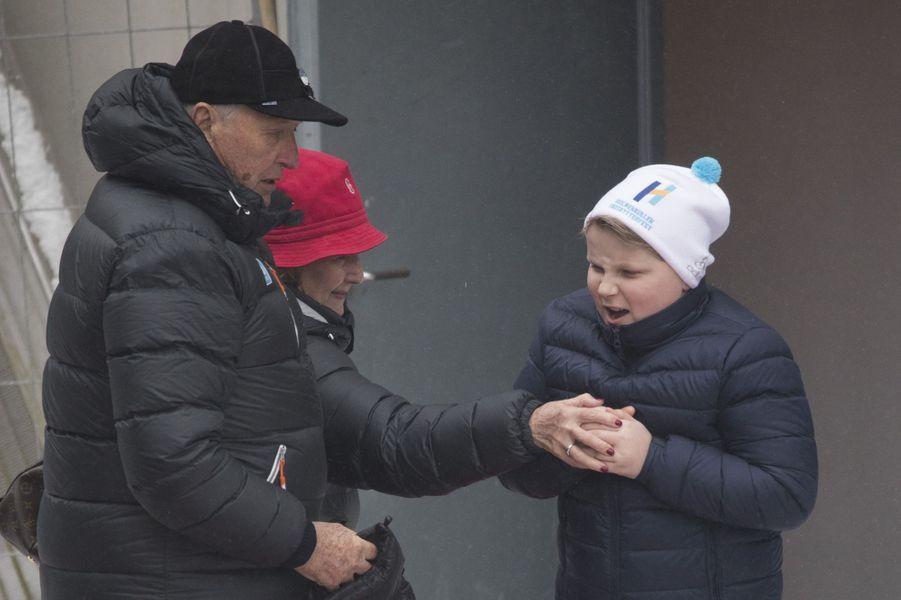 La reine Sonja et le roi Harald V de Norvège avec le prince Sverre Magnus à Oslo, le 11 mars 2018