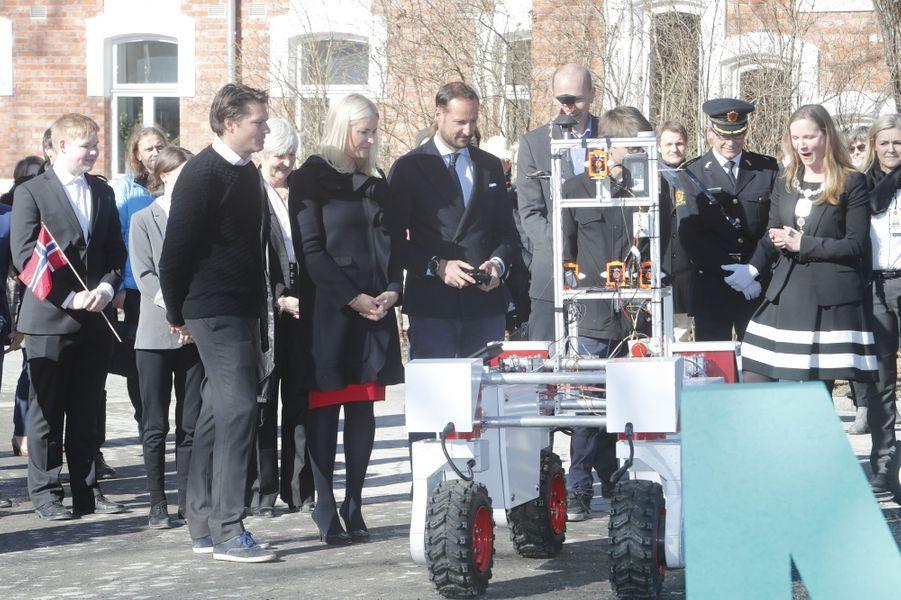 La princesse Mette-Marit et le prince Haakon de Norvège découvrent un tracteur robot à As, le 24 mars 2017