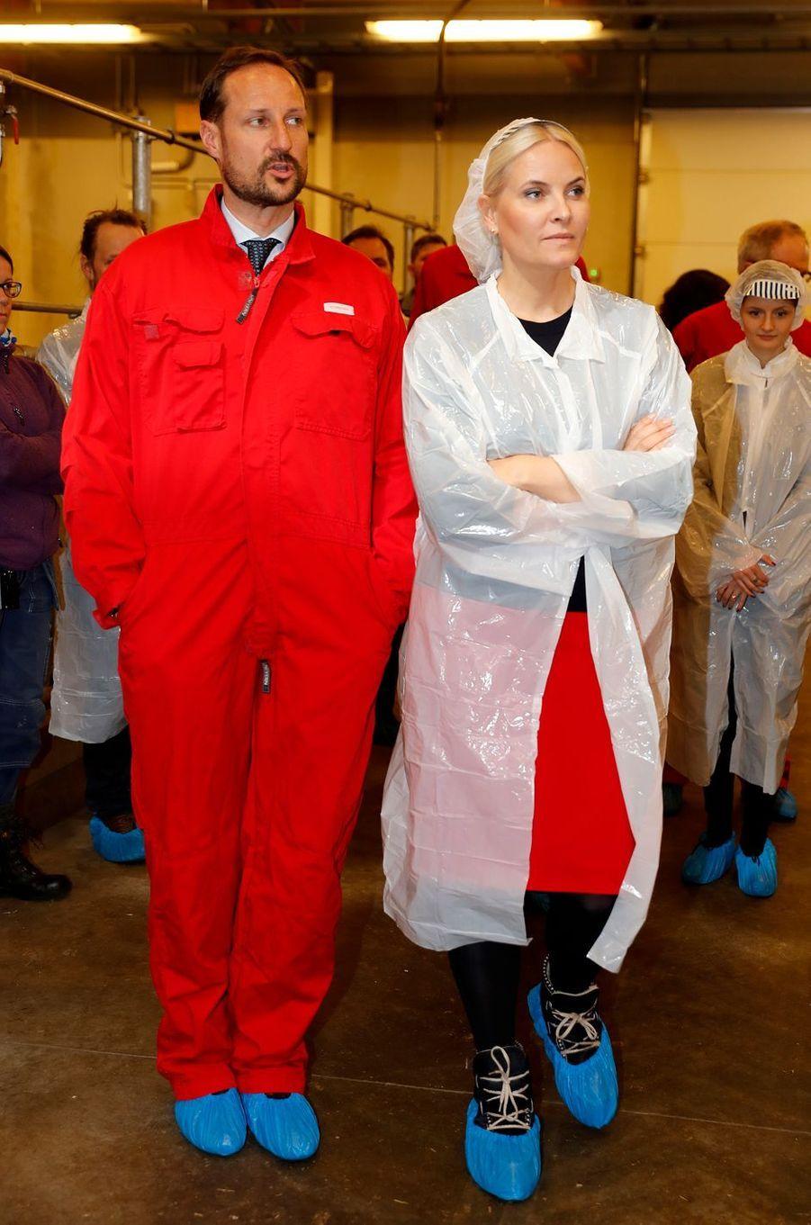 La princesse Mette-Marit et le prince Haakon de Norvège dans la ferme de haute-technologie de l'Université de As, le 24 mars 2017