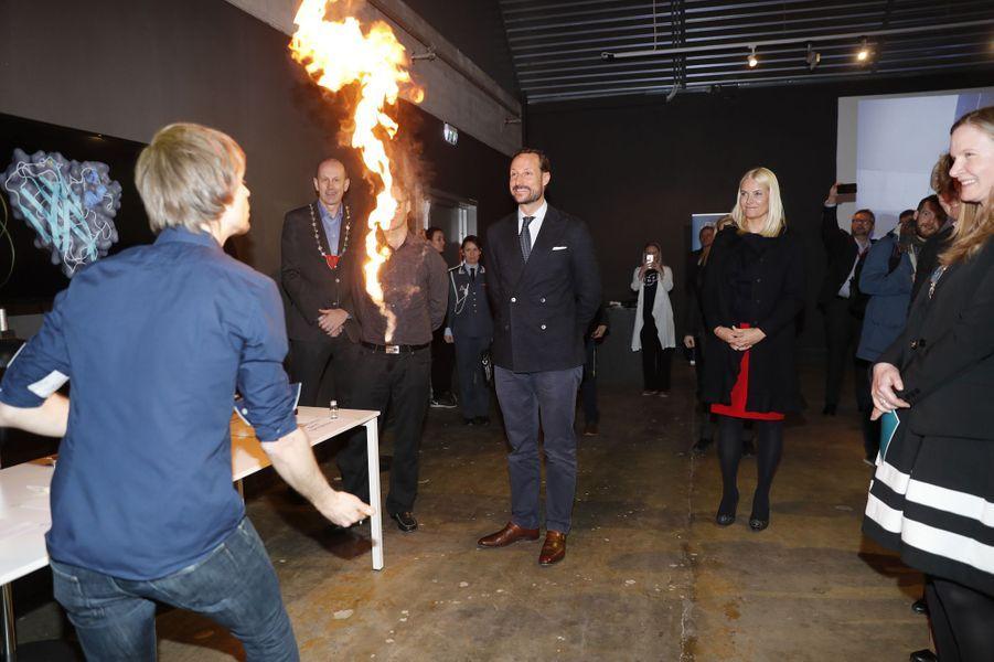 La princesse Mette-Marit et le prince Haakon de Norvège découvrent des projets de recherche à As, le 24 mars 2017