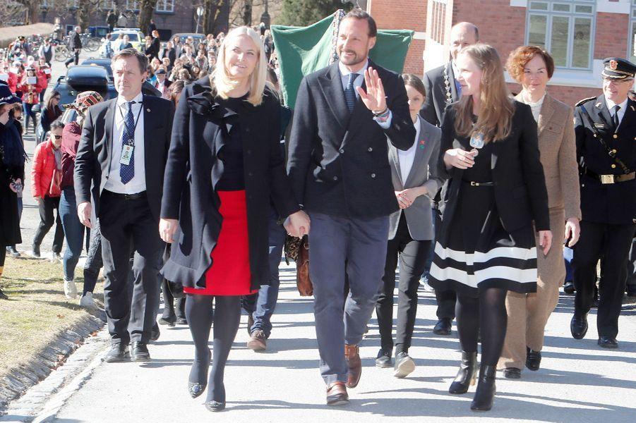 La princesse Mette-Marit et le prince Haakon de Norvège à l'Université norvégienne pour les sciences de la vie à As, le 24 mars 2017