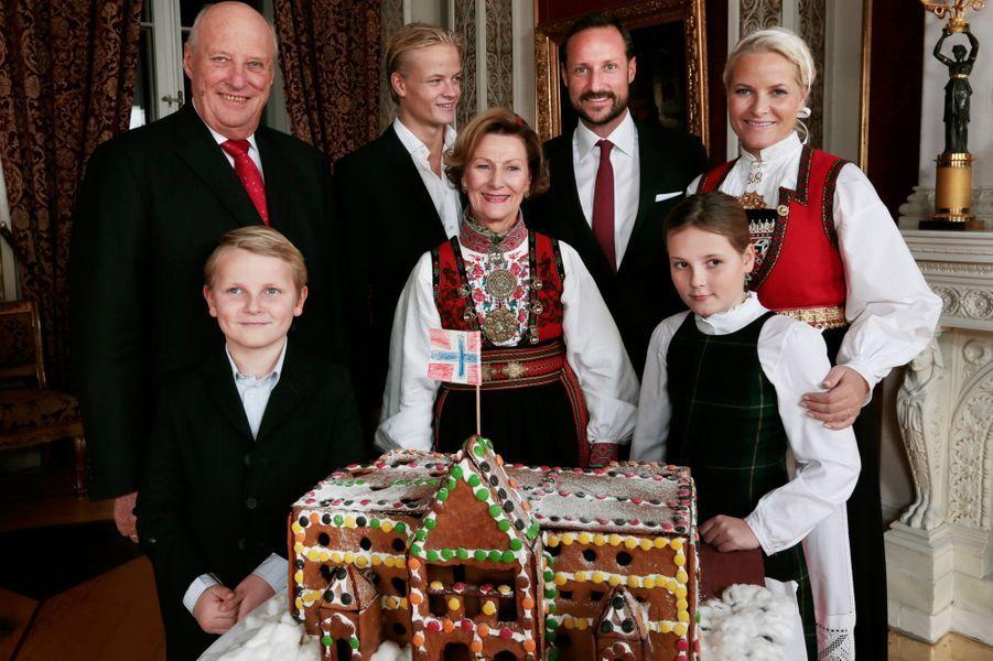 Le prince Sverre Magnus de Norvège avec la famille royale, le 17 décembre 2014