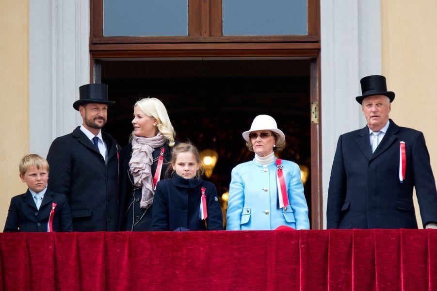 Le prince Sverre Magnus de Norvège avec la famille royale, le 17 mai 2015