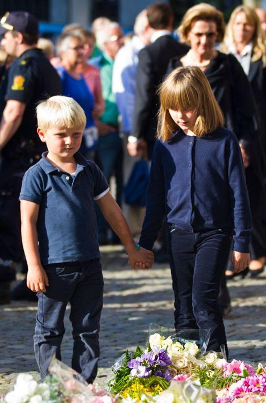 Le prince Sverre Magnus de Norvège avec la princesse Ingrid Alexandra et la reine Sonja, le 23 juillet 2011