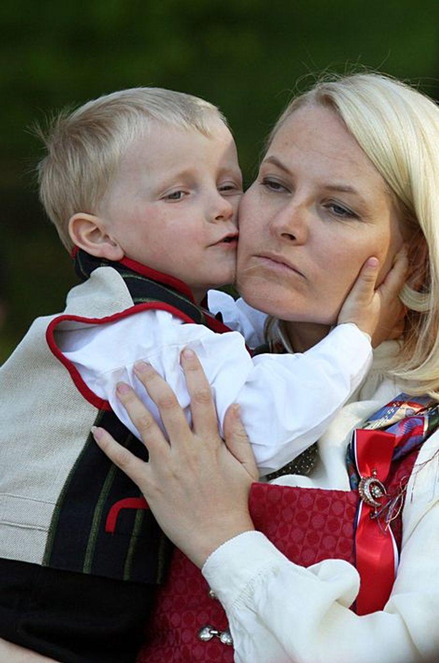 Le prince Sverre Magnus de Norvège avec la princesse Mette-Marit, le 17 mai 2009
