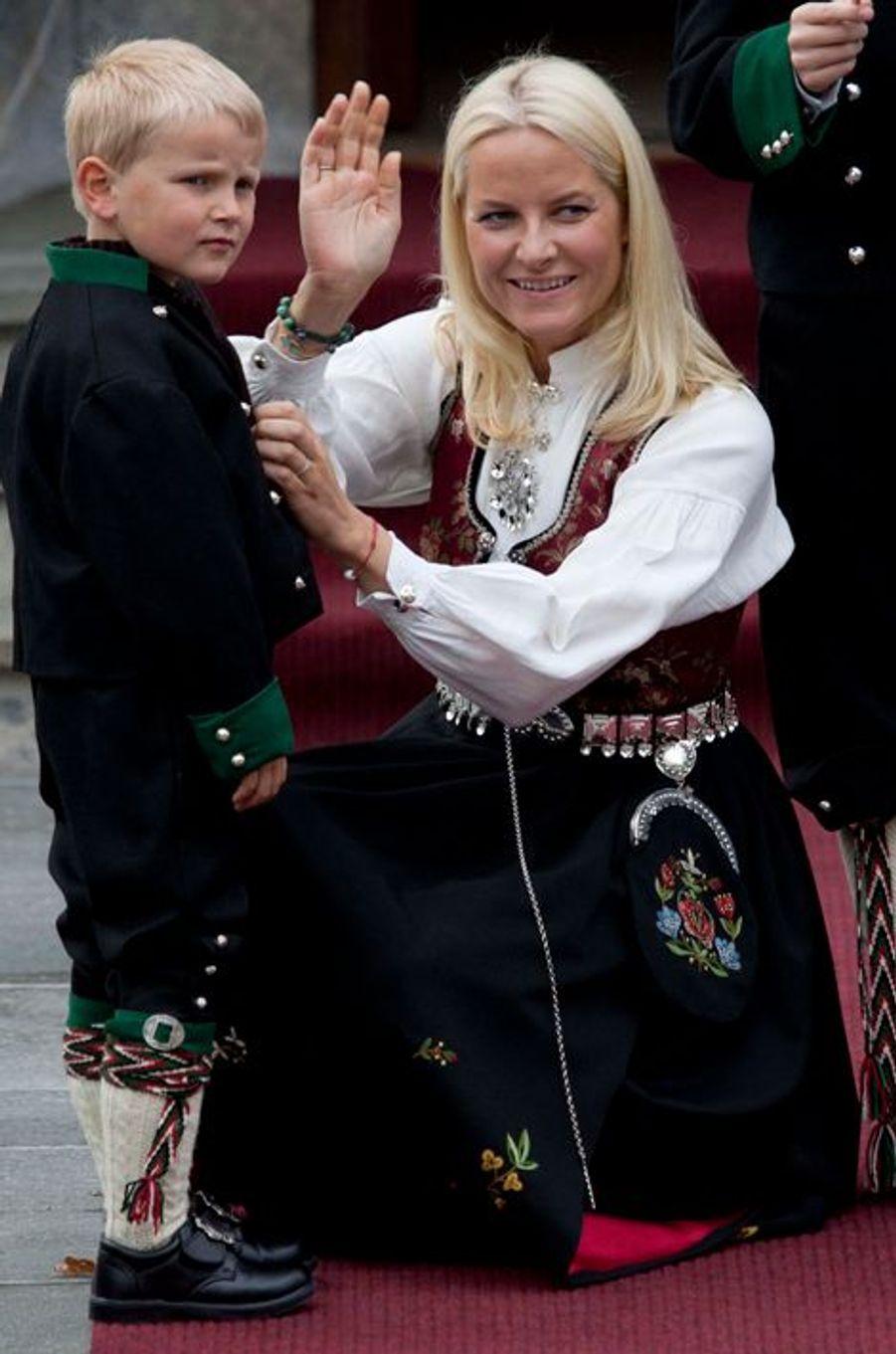 Le prince Sverre Magnus de Norvège avec la princesse Mette-Marit, le 17 mai 2011