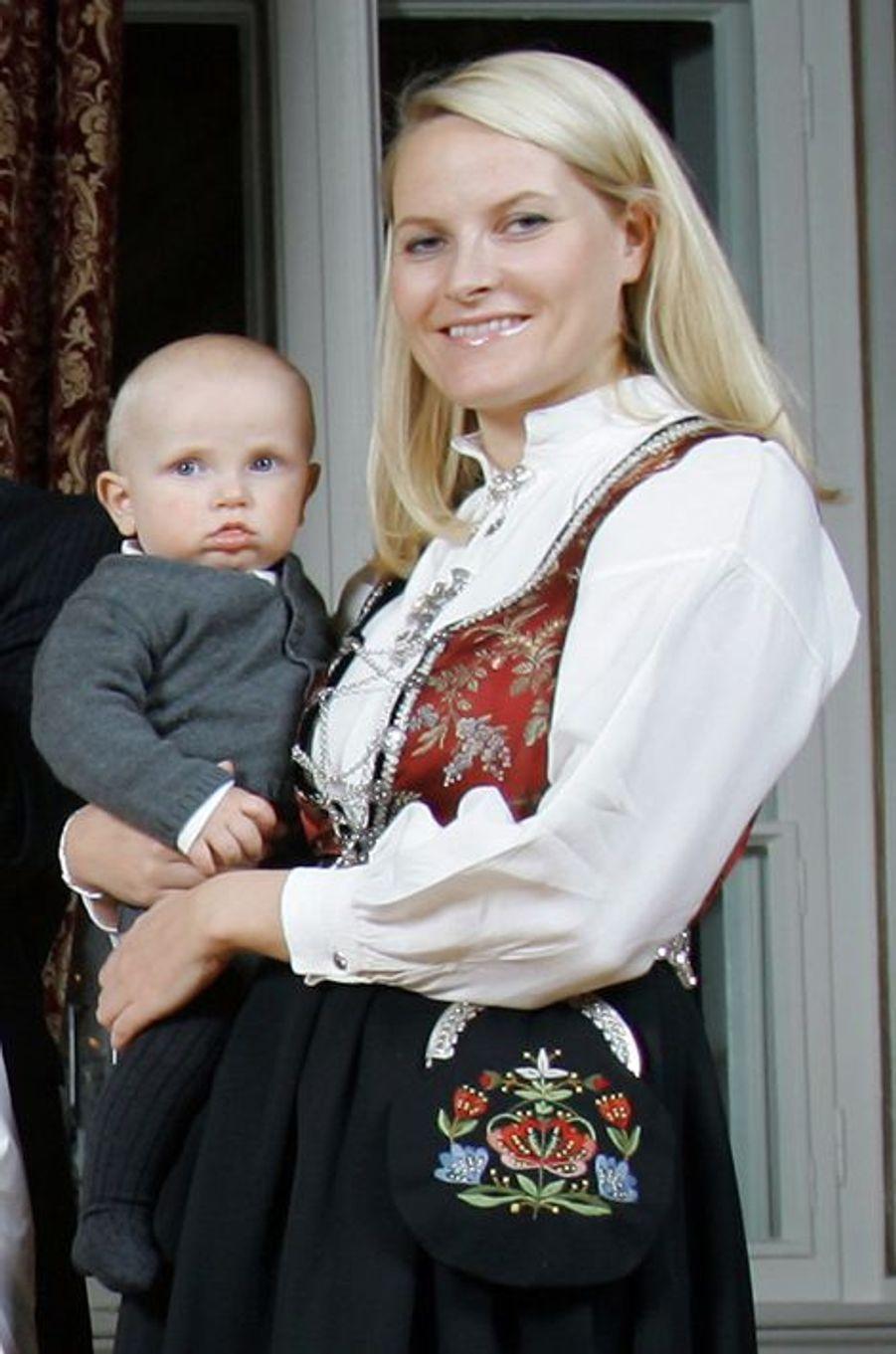 Le prince Sverre Magnus de Norvège avec la princesse Mette-Marit, le 20 décembre 2006