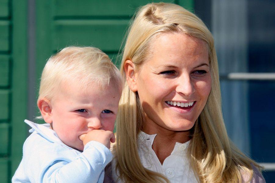 Le prince Sverre Magnus de Norvège avec la princesse Mette-Marit, le 3 septembre 2007