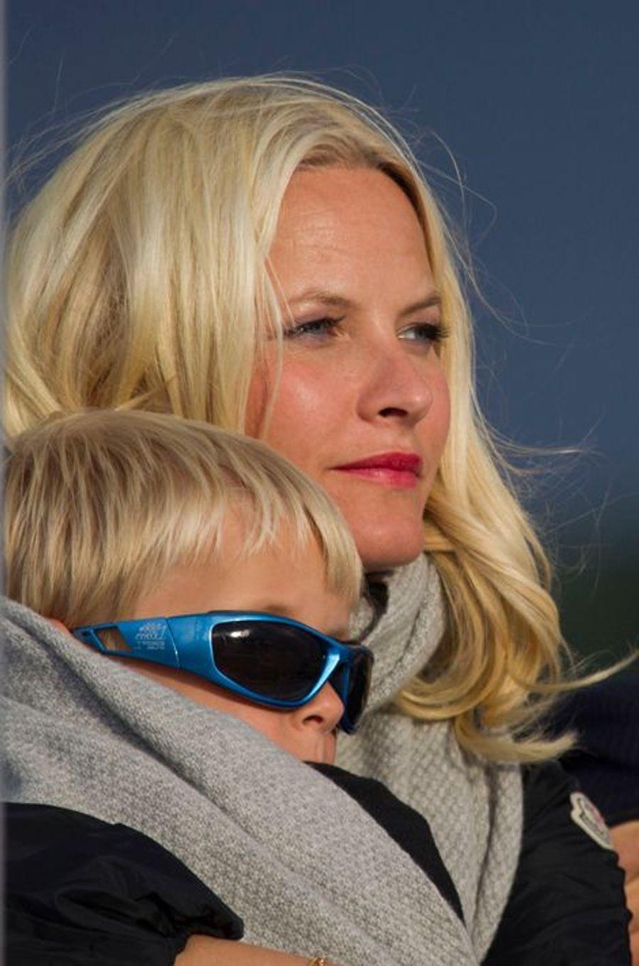 Le prince Sverre Magnus de Norvège avec la princesse Mette-Marit, le 31 mai 2012