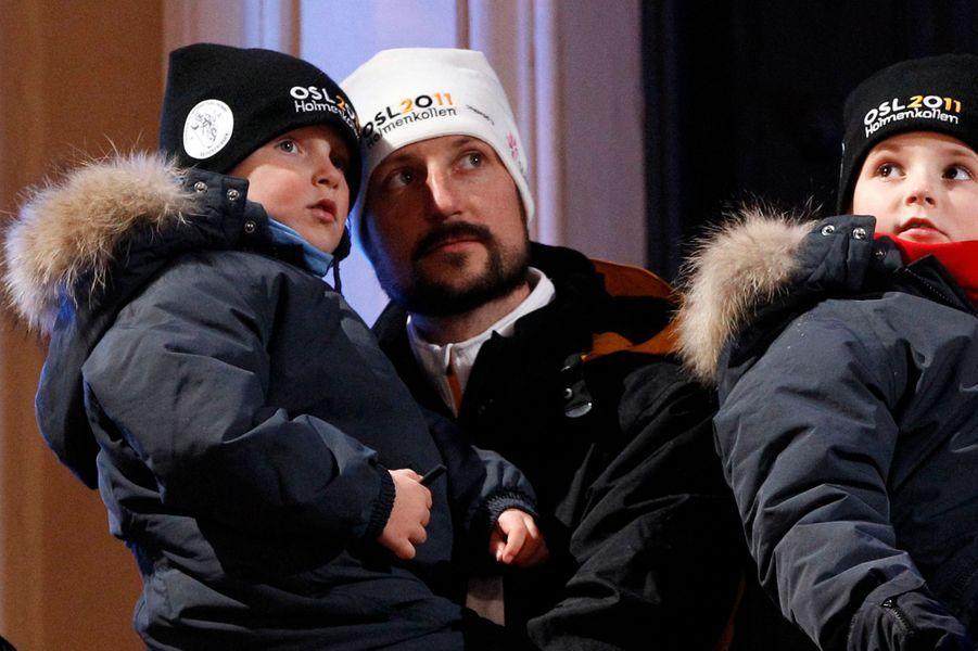 Le prince Sverre Magnus de Norvège avec le prince Haakon et la princesse Ingrid Alexandra, le 23 février 2011