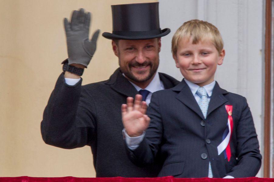 Le prince Sverre Magnus de Norvège avec le prince Haakon, le 17 mai 2015