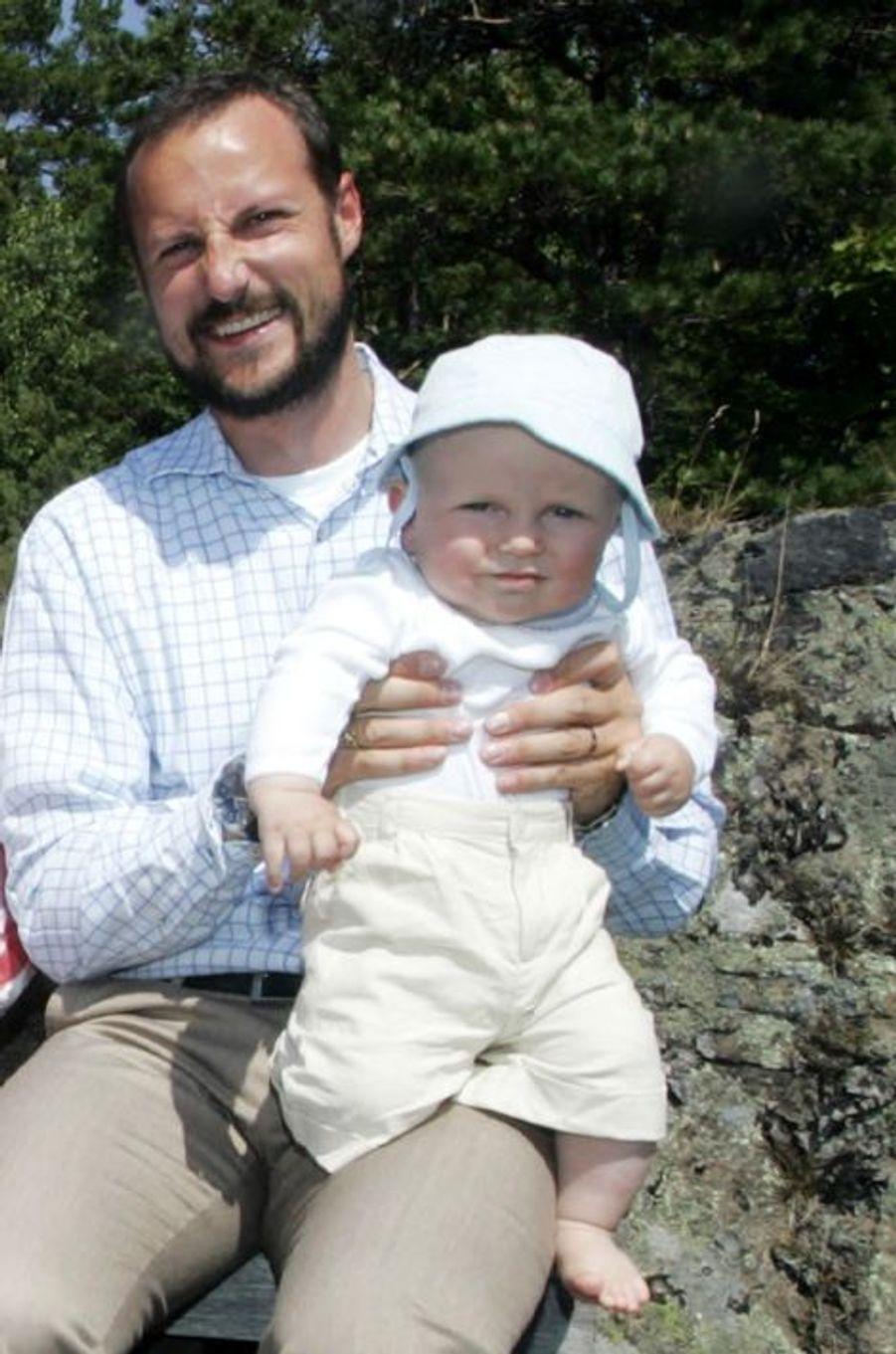 Le prince Sverre Magnus de Norvège avec le prince Haakon, le 20 juillet 2006