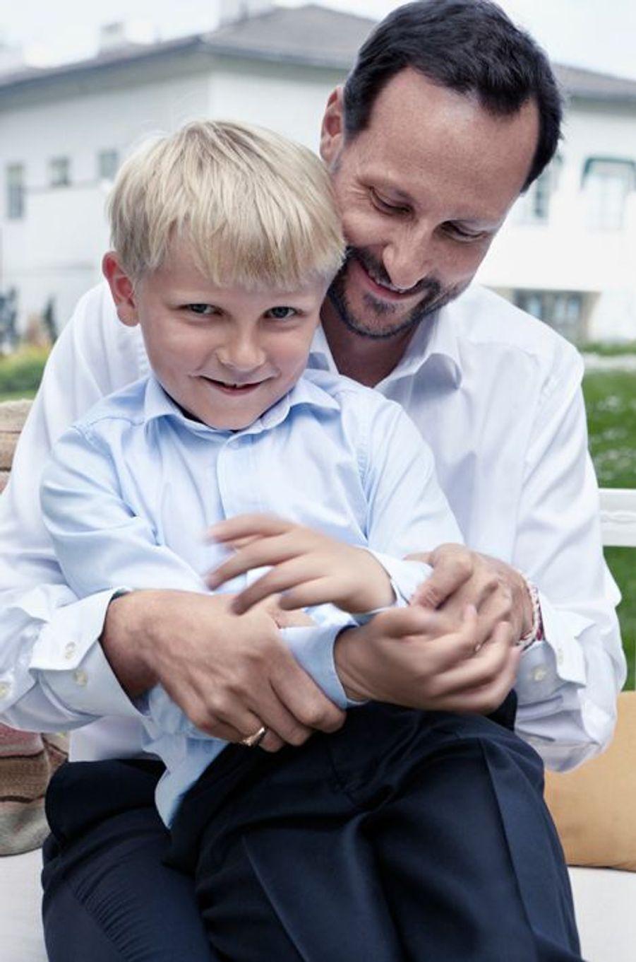 Le prince Sverre Magnus de Norvège avec le prince Haakon, le 20 juillet 2013