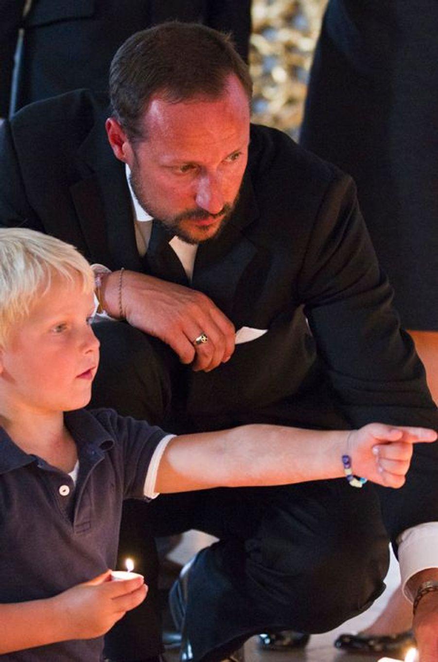 Le prince Sverre Magnus de Norvège avec le prince Haakon, le 23 juillet 2011