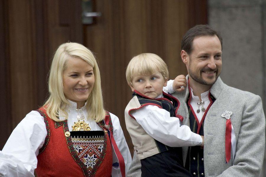 Le prince Sverre Magnus de Norvège avec ses parents, le 17 mai 2010