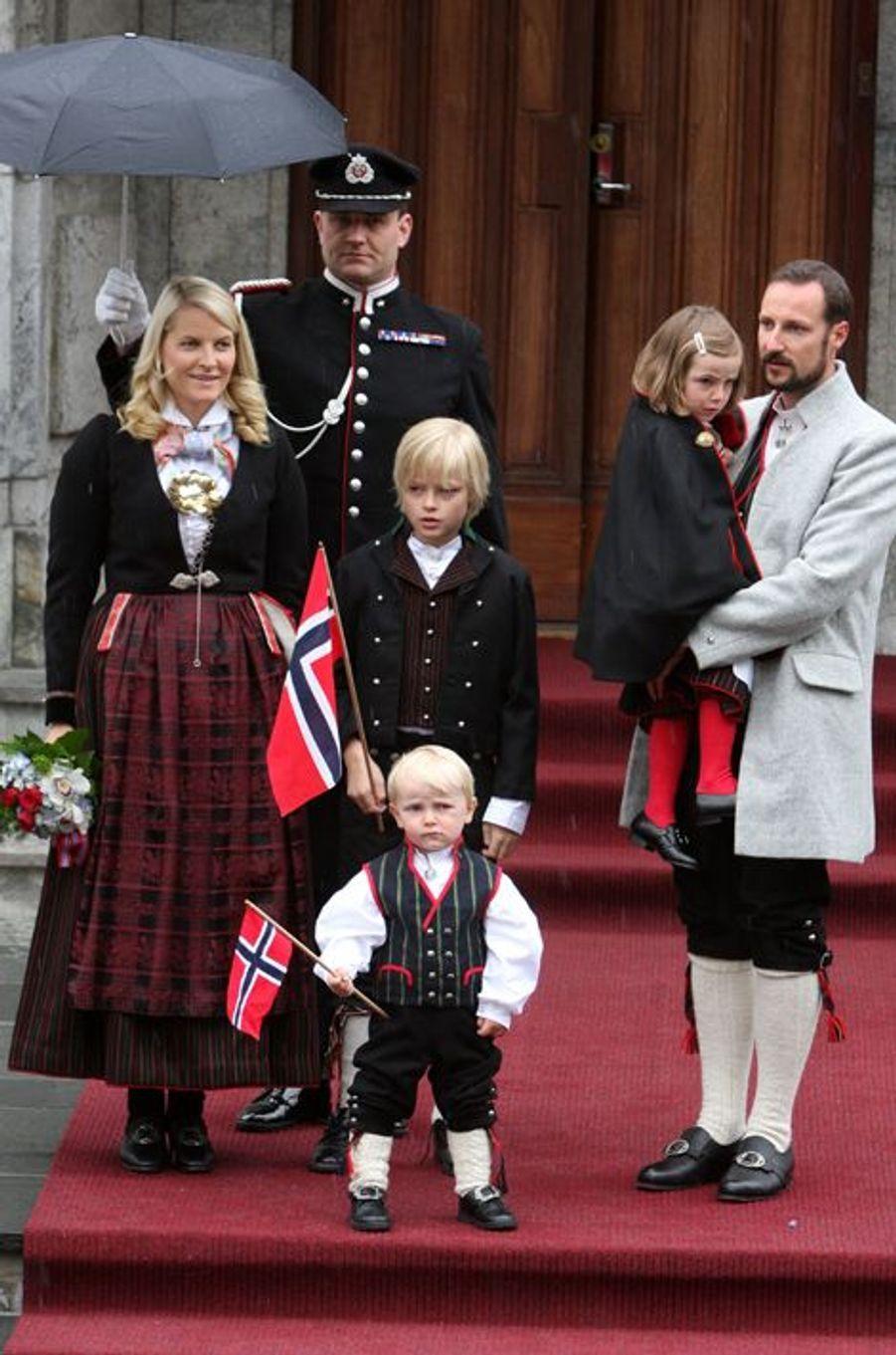 Le prince Sverre Magnus de Norvège avec ses parents, sa soeur et son demi-frère, le 17 mai 2008