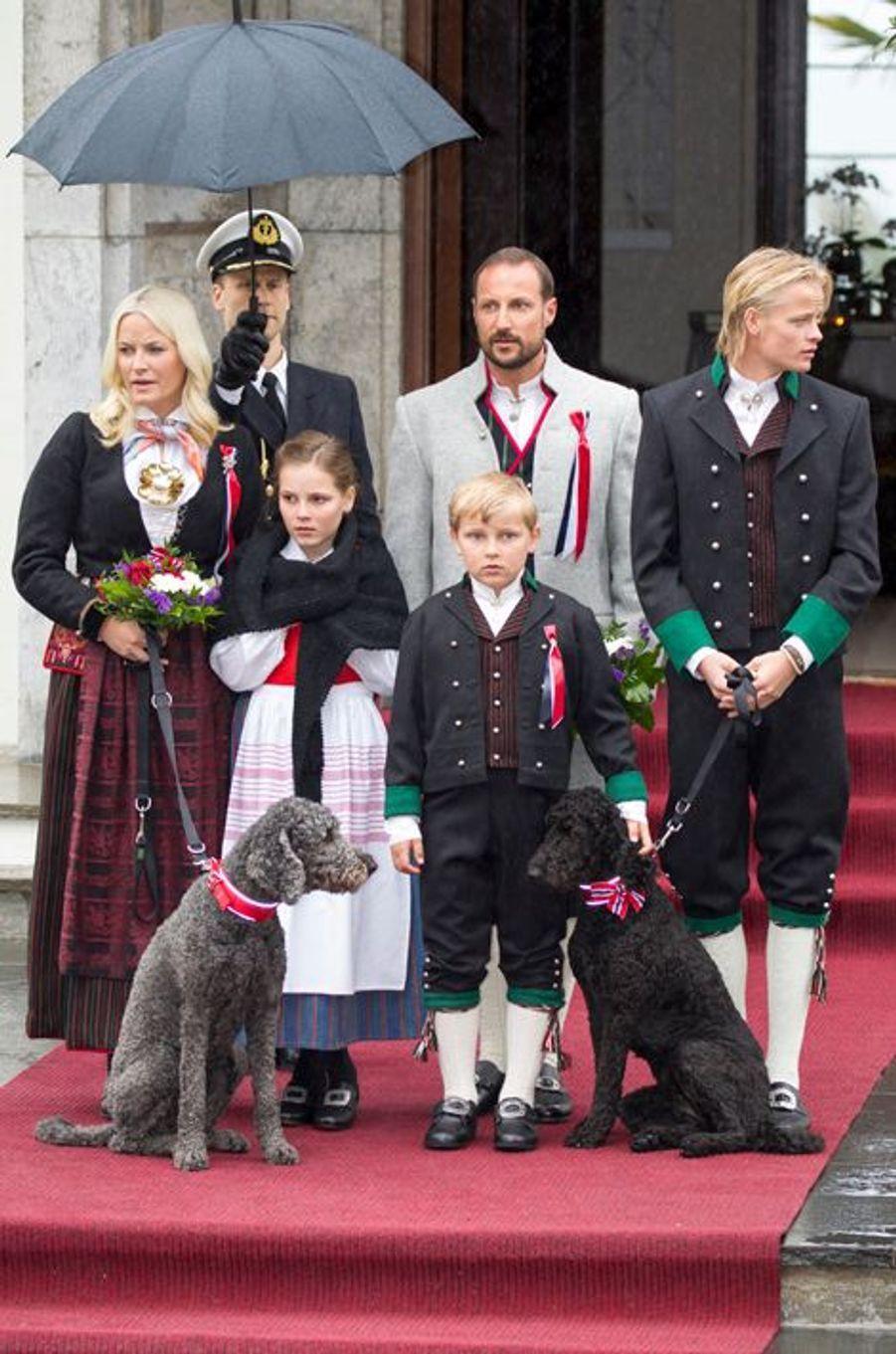 Le prince Sverre Magnus de Norvège avec ses parents, sa soeur et son demi-frère, le 17 mai 2015