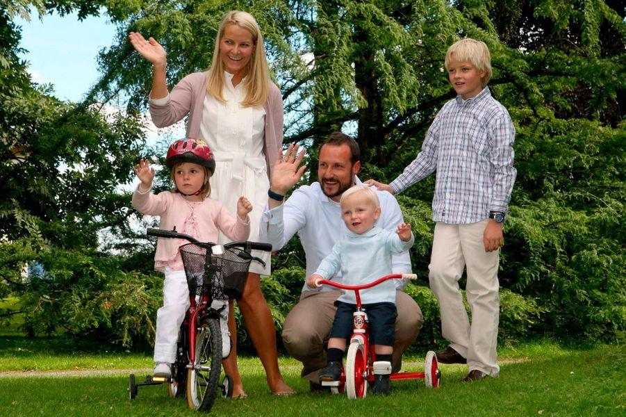 Le prince Sverre Magnus de Norvège avec ses parents, sa soeur et son demi-frère, le 3 septembre 2007