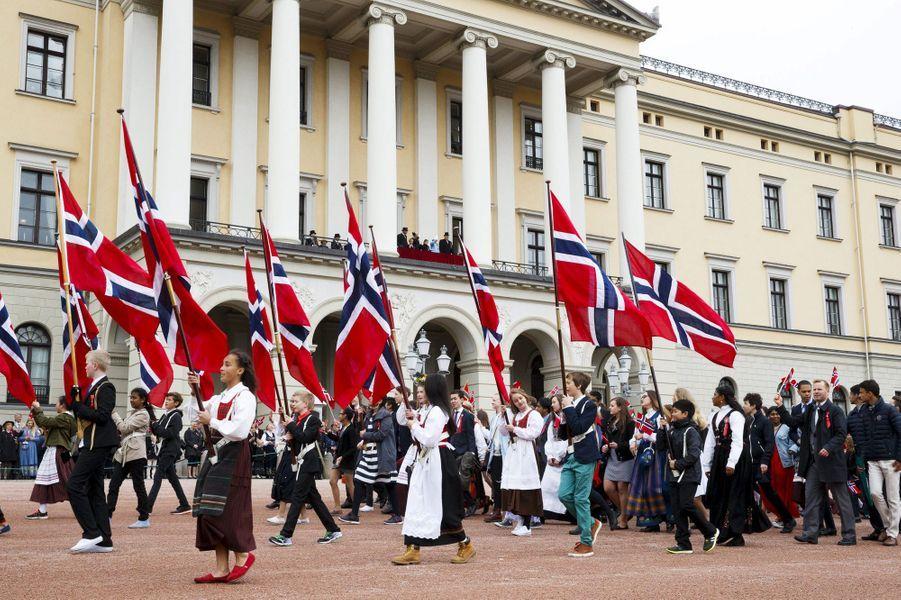 La famille royale de Norvège au balcon du Palais royal à Oslo, le 17 mai 2015