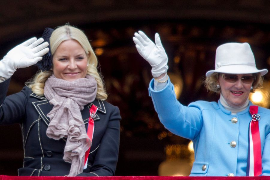 La princesse Mette-Marit et la reine Sonja de Norvège au balcon du Palais royal à Oslo, le 17 mai 2015