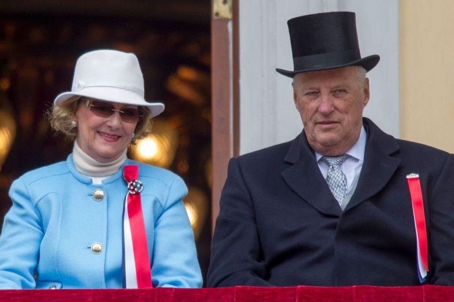 La reine Sonja et le roi Harald V de Norvège au balcon du Palais royal à Oslo, le 17 mai 2015