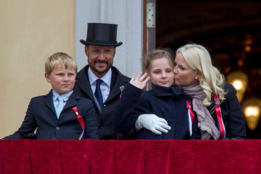 Le prince Haakon et la princesse Mette-Marit de Norvège et leurs enfants au balcon du Palais royal à Oslo, le 17 mai 2015