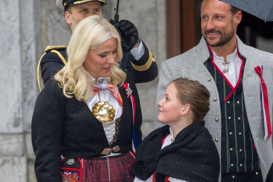 Le prince Haakon, la princesse Mette-Marit avec Ingrid-Alexandra à Skaugum, le 17 mai 2015