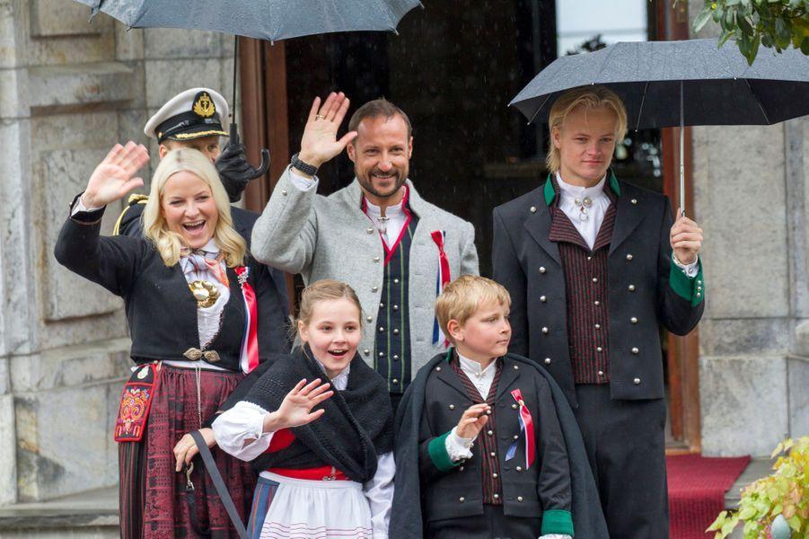 Le prince Haakon, la princesse Mette-Marit avec Ingrid-Alexandra, Sverre-Magnus et Marius à Skaugum, le 17 mai 2015