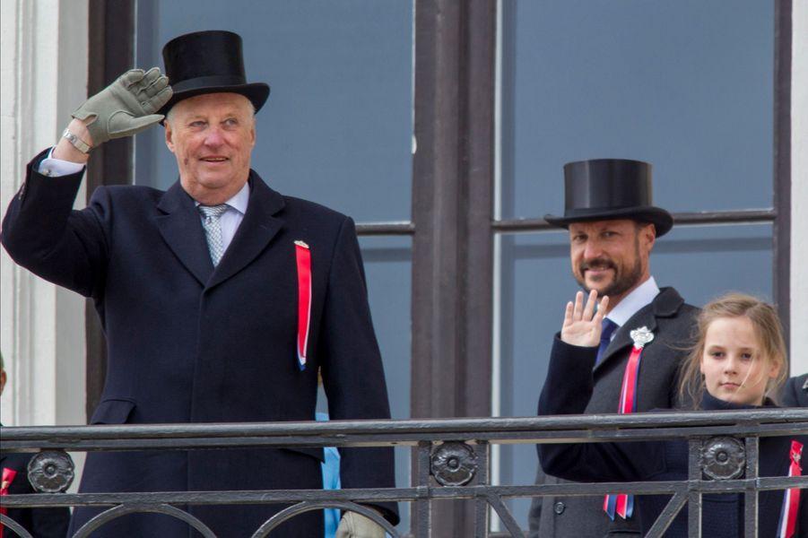 Le roi Harald V de Norvège et les princes Haakon et Sverre-Magnus au balcon du Palais royal à Oslo, le 17 mai 2015