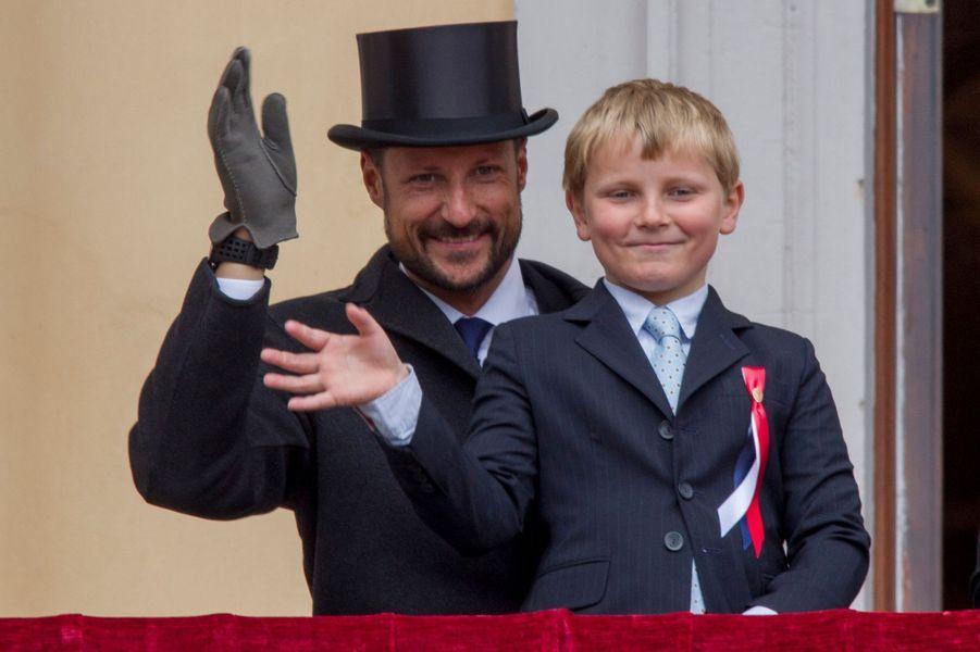 Les princes Haakon et Sverre-Magnus de Norvège au balcon du Palais royal à Oslo, le 17 mai 2015
