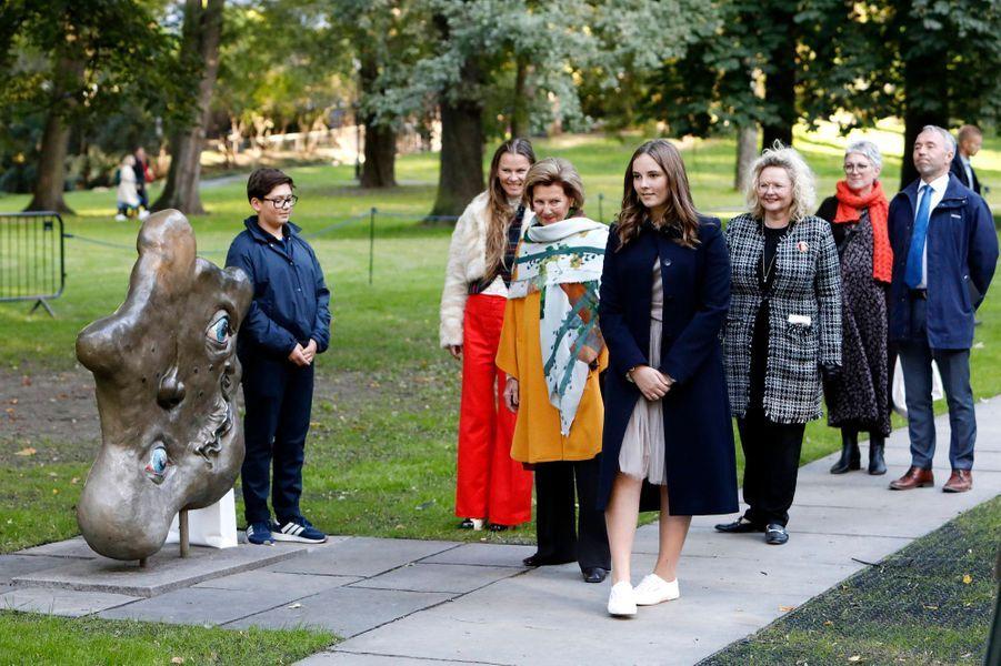 La princesse Ingrid Alexandra avec la reine Sonja de Norvège dans le parc de sculptures à son nom à Oslo, le 17 septembre 2019