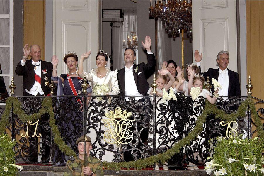 La princesse Märtha Louise de Norvège et Ari Behn avec leurs parents le jour de leur mariage, le 24 mai 2002
