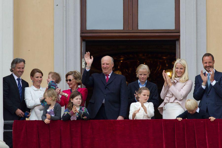 La princesse Märtha Louise de Norvège et Ari Behn avec leurs filles et la famille royale norvégienne pour les 75 ans du roi Harald V et de la reine Sonja, le 31 mai 2012