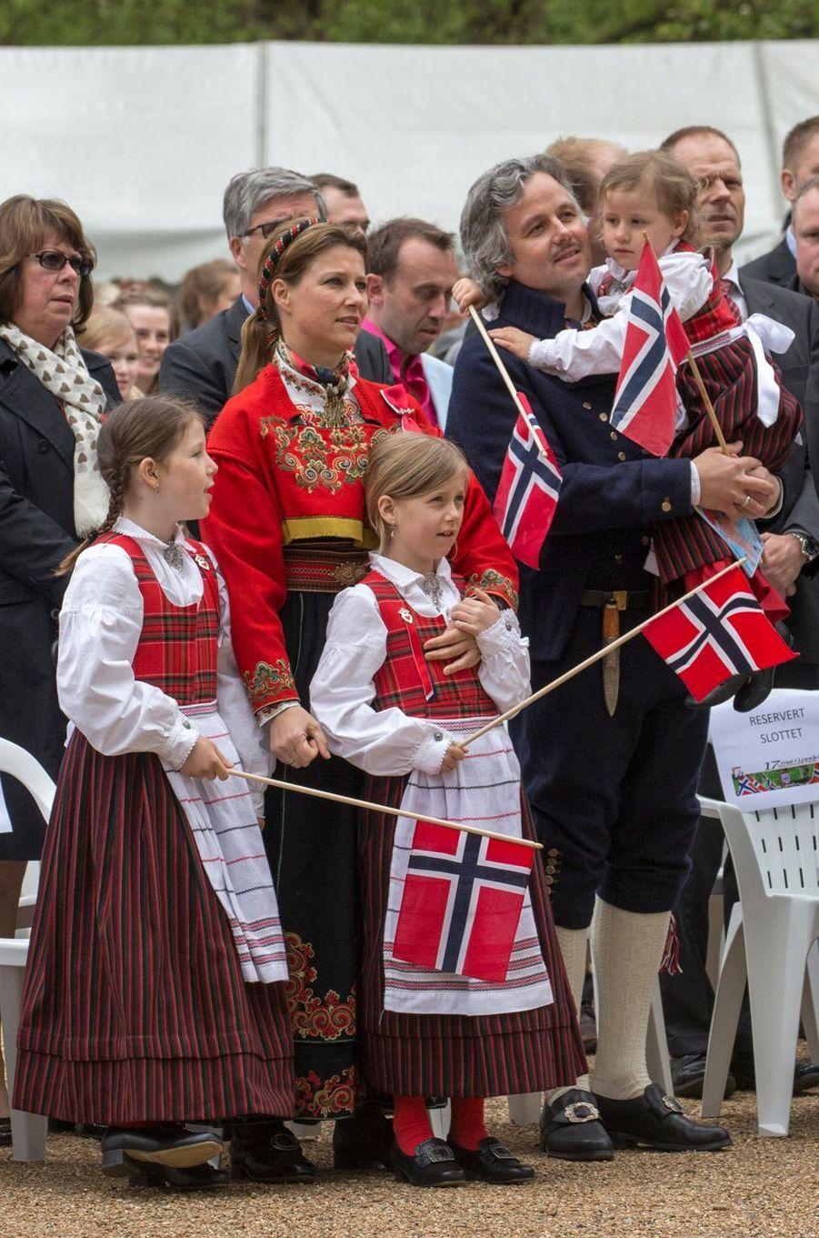 La princesse Märtha Louise de Norvège et Ari Behn avec leurs trois filles, le 17 mai 2013