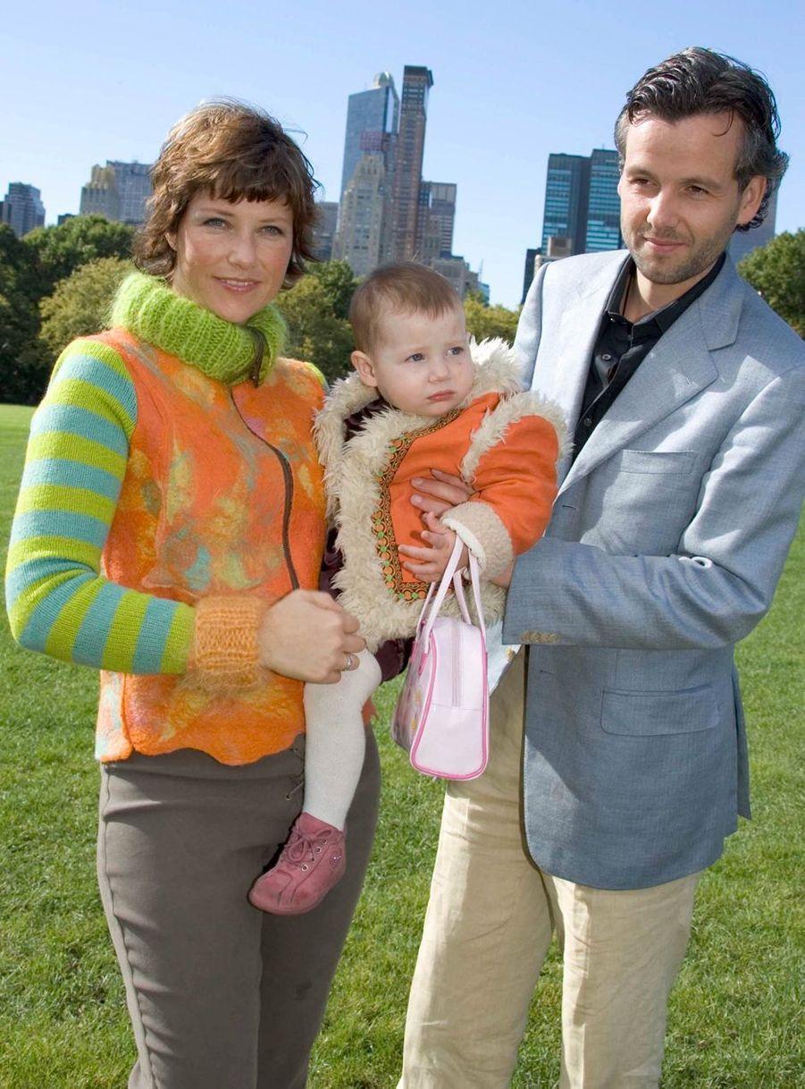 La princesse Märtha Louise de Norvège et Ari Behn avec leur première fille Maud Angelica, le 11 octobre 2004