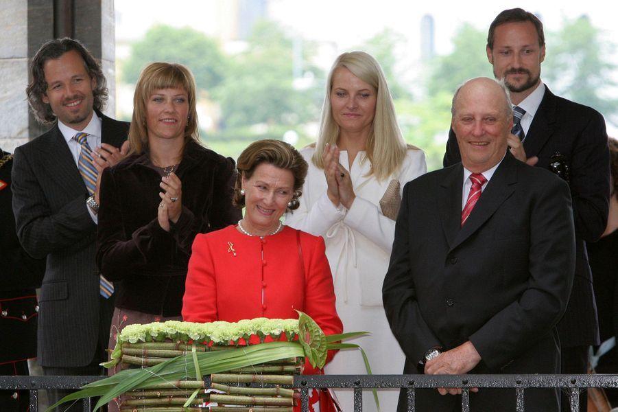La princesse Märtha Louise de Norvège et Ari Behn avec la famille royale norvégienne pour les 70 ans de la reine Sonja, le 4 juillet 2007
