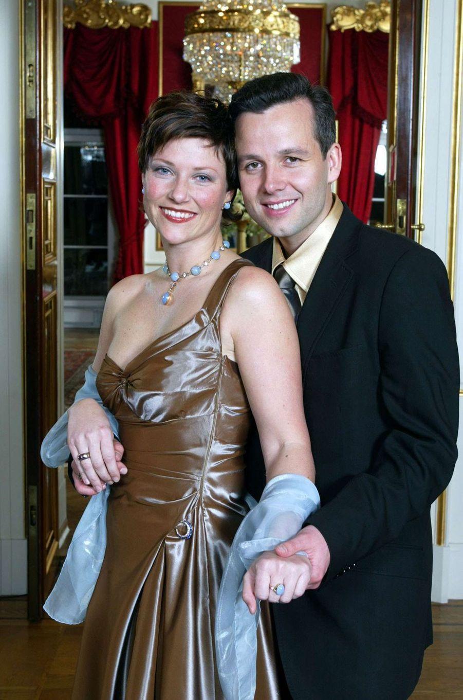 La princesse Märtha Louise de Norvège et Ari Behn lors de l'annonce de leurs fiançailles, le 13 décembre 2001