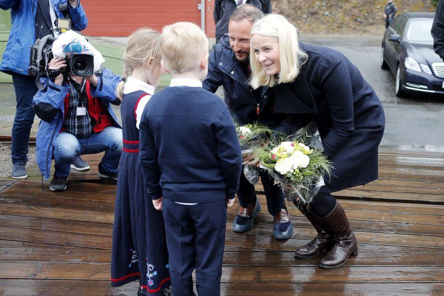 La princesse Mette-Marit et le prince héritier Haakon de Norvège sur le site de Rjukan-Notodden, le 3 mai 2018