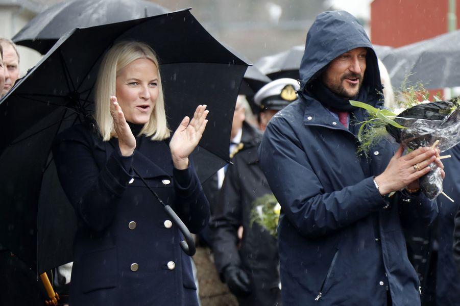 La princesse Mette-Marit et le prince Haakon de Norvège, sous la pluie, sur le site de Rjukan-Notodden, le 3 mai 2018
