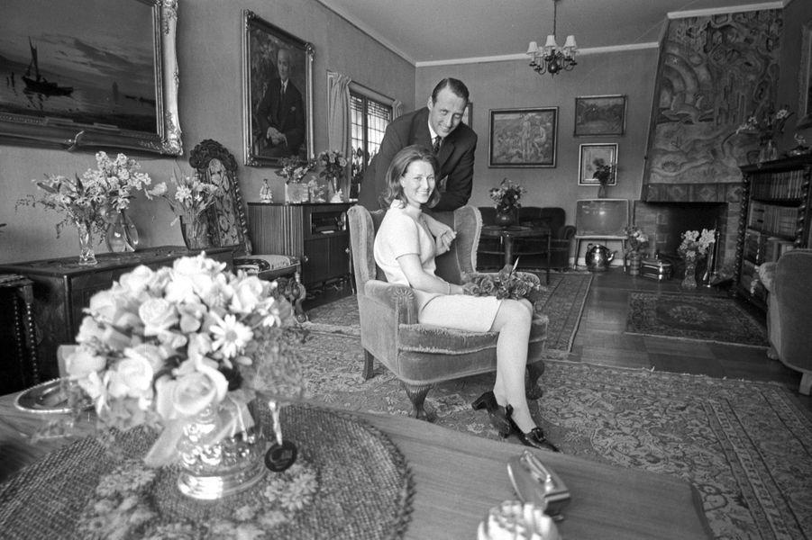 Le prince Harald de Norvège et Sonja Haraldsen, dans la maison de celle-ci, en 1968