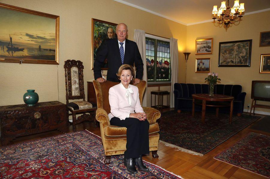 La reine Sonja, dans sa maison d'enfance, et le roi Harald V de Norvège, au musée de Maihaugen à Lillehammer le 27 août 2018
