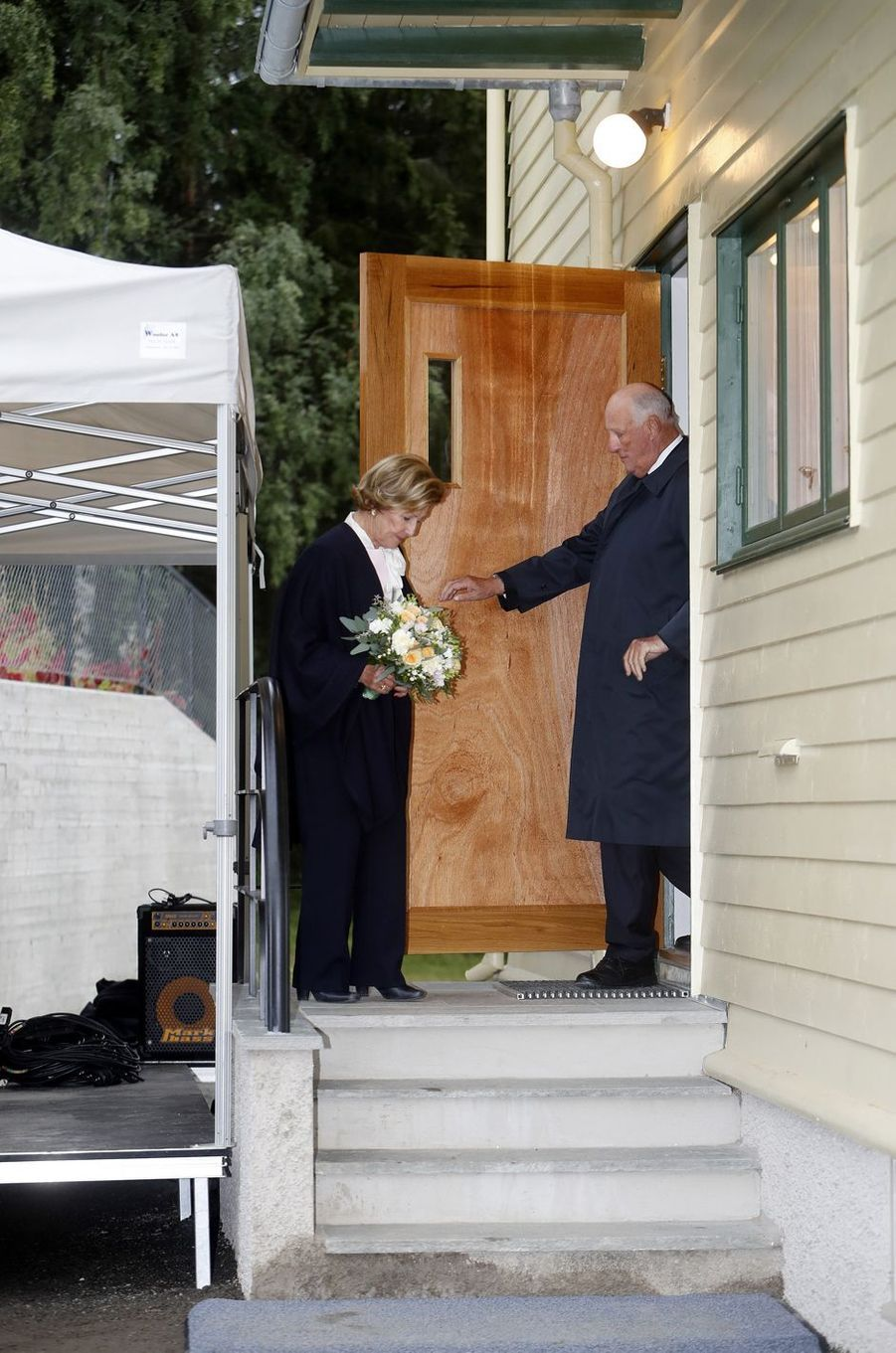 La reine Sonja sort de sa maison d'enfance, avec le roi Harald V de Norvège, au musée de Maihaugen à Lillehammer le 27 août 2018
