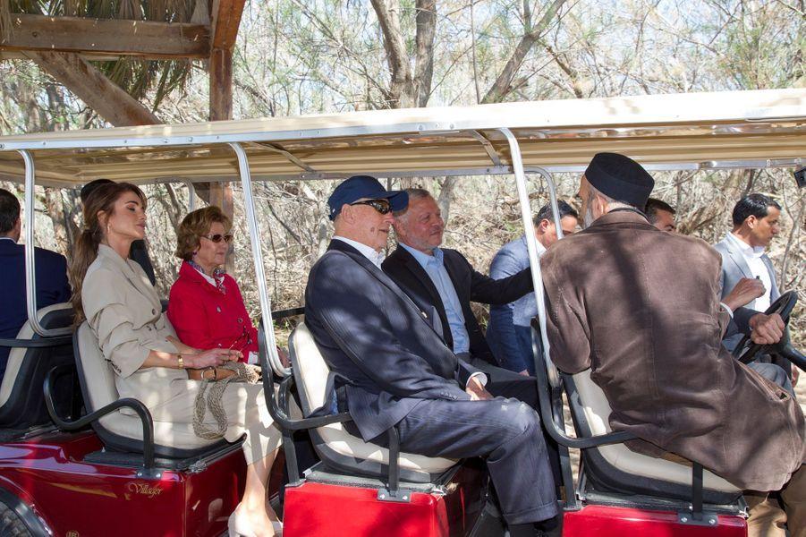 La reine Sonja et le roi Harald V de Norvège avec la reine Rania et le roi Abdallah II de Jordanie à Béthanie au-delà du Jourdain, le 3 mars 2020