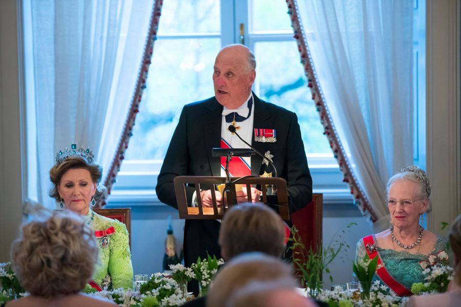 La reine Sonja et le roi Harald V de Norvège, avec la reine Margrethe II de Danemark, à Oslo le 9 mai 2017