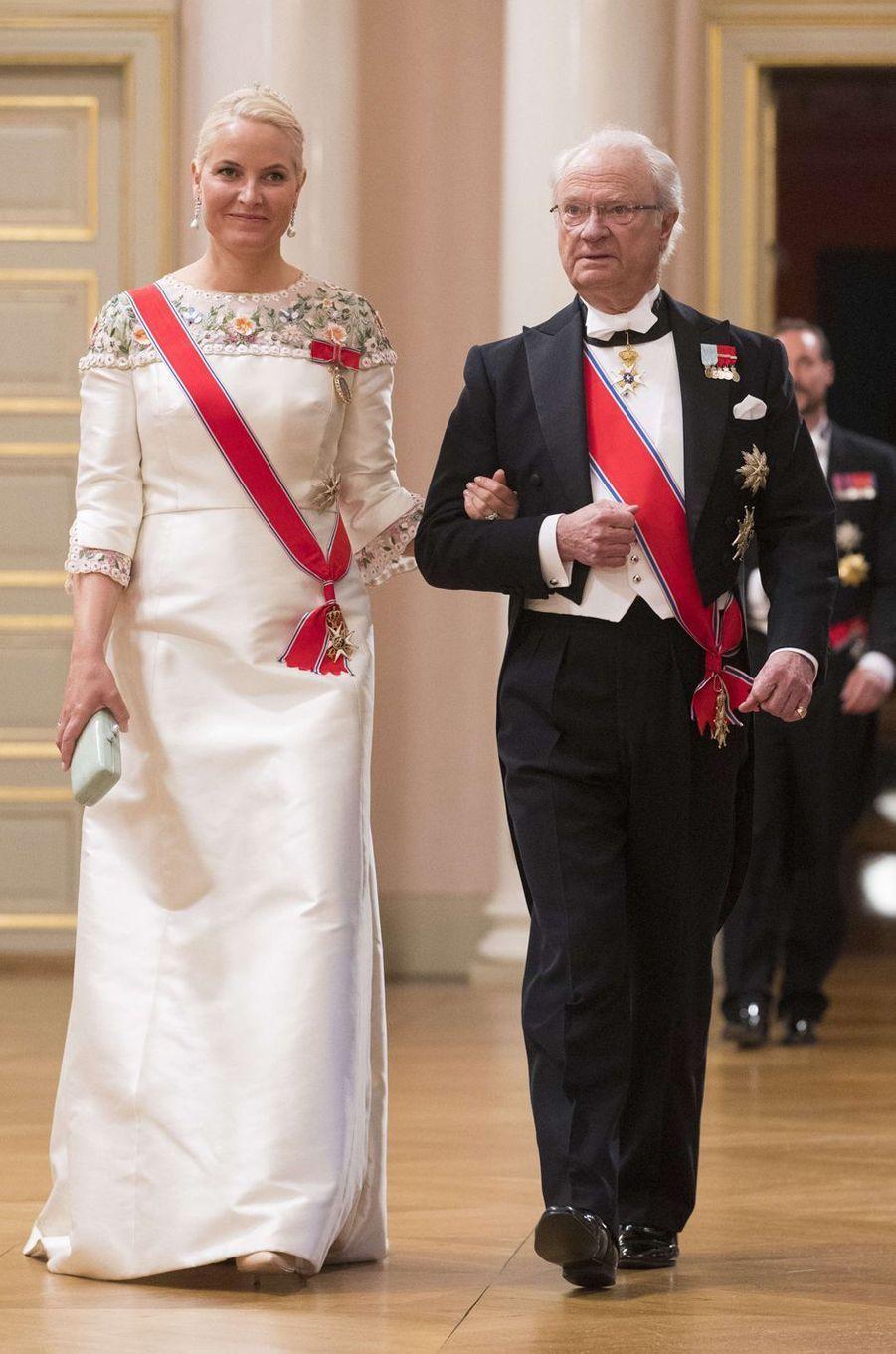 La princesse Mette-Marit de Norvège avec le roi Carl XVI Gustaf de Suède à Oslo, le 9 mai 2017