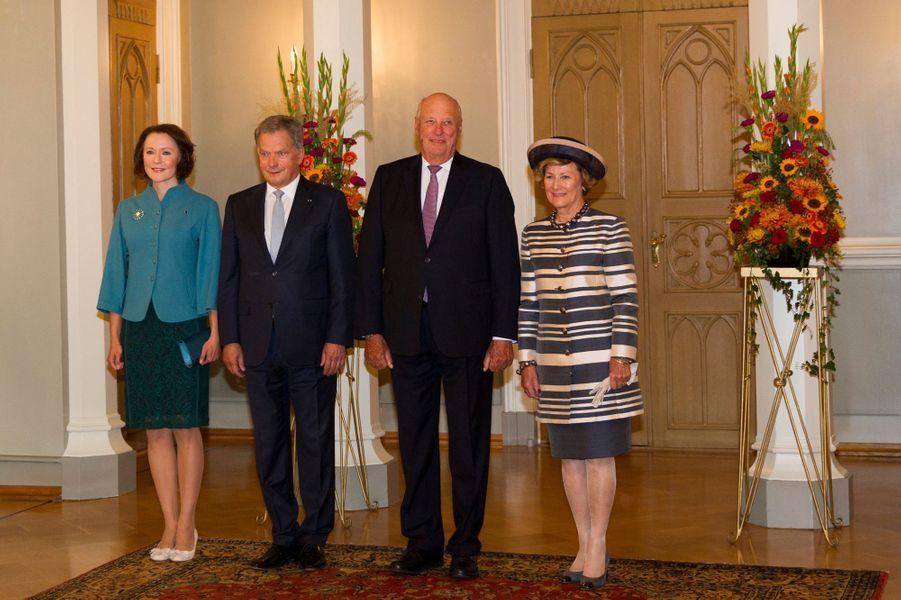La reine Sonja et le roi Harald V de Norvège avec le couple présidentiel finlandais à Helsinki, le 6 septembre 2016