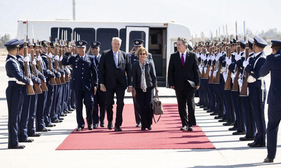 La reine Sonja et le roi Harald V de Norvège à leur arrivée à Santiago du Chili, le 26 mars 2019