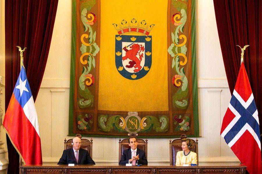 La reine Sonja et le roi Harald V de Norvège avec le maire de Santiago, le 28 mars 2019