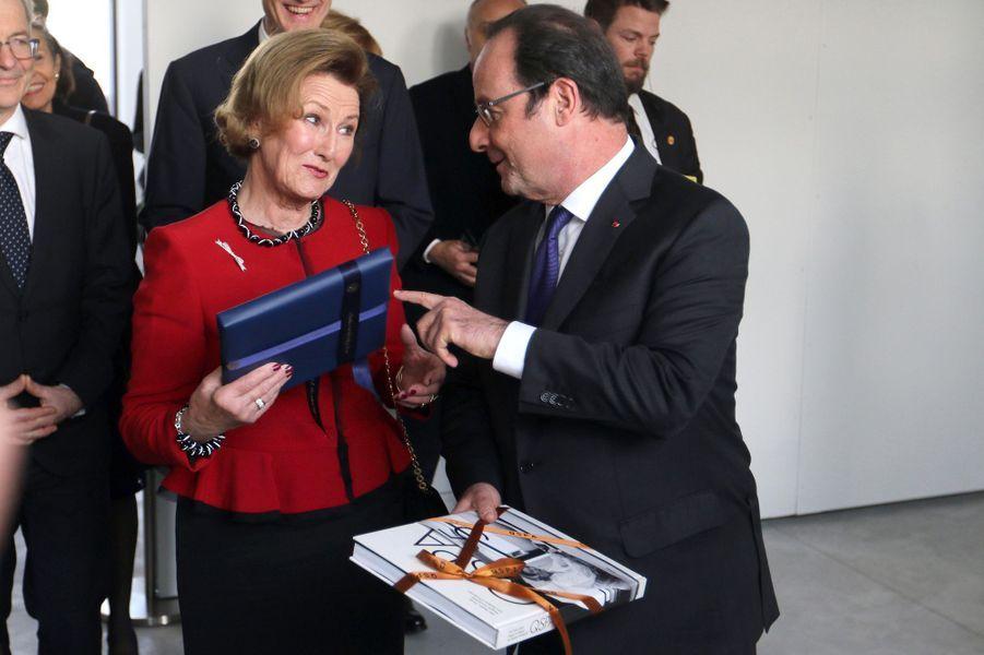 La reine Sonja de Norvège avec le président de la République François Hollande à Tours, le 10 mars 2017